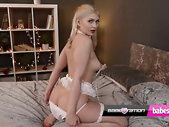 Super-sexy UK honey Georgia Brown uses her plaything on Babestation